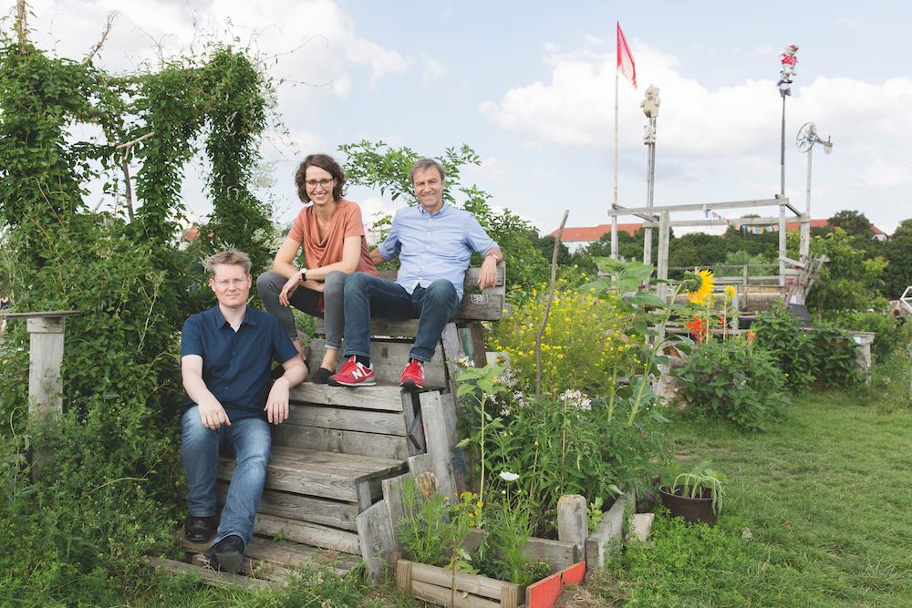 Das Gründungsteam in einem Garten
