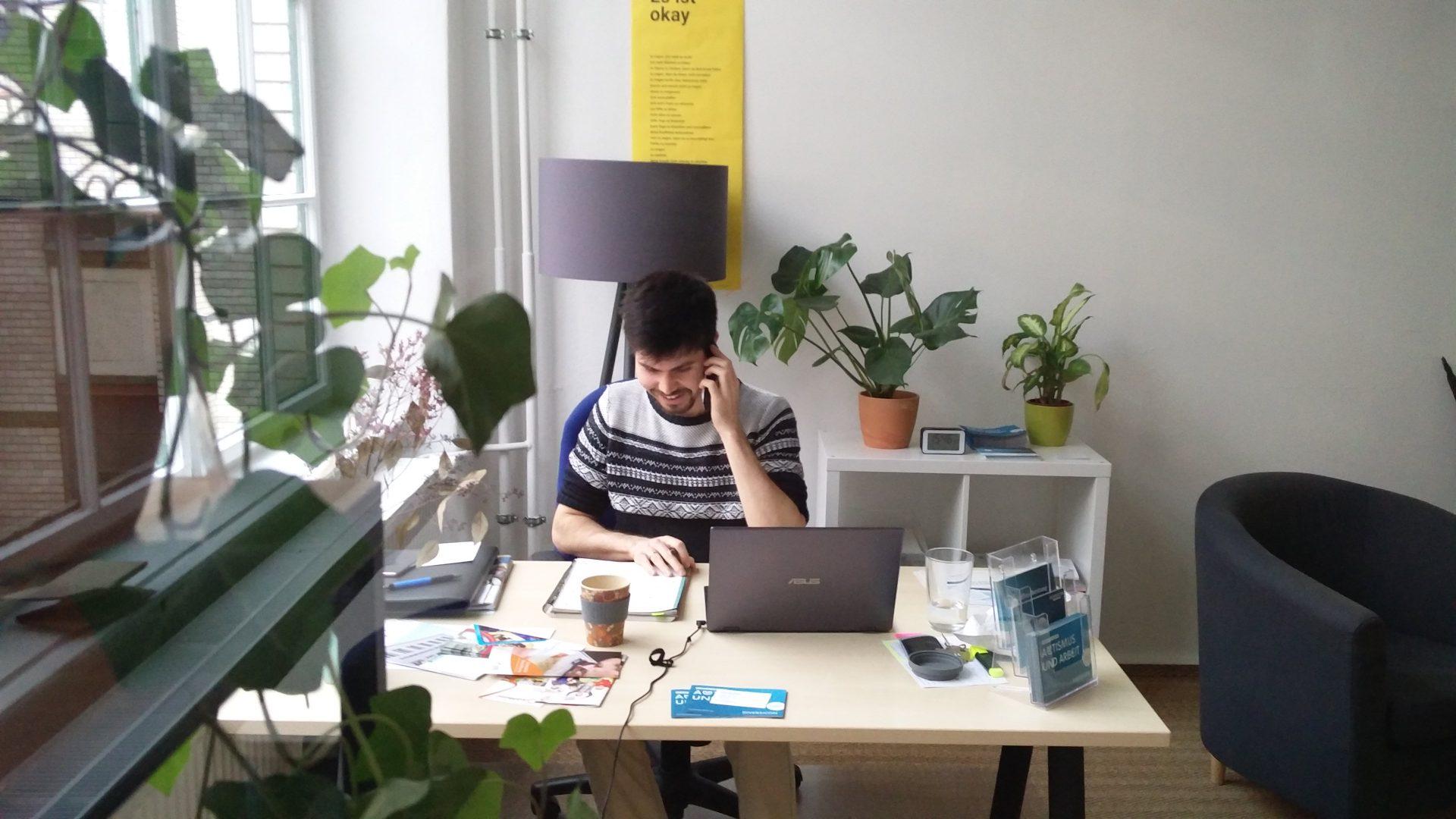 Tim Redfern an seinem Schreibtisch am Telefon